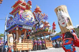 5年ぶりに巡行した2台の山笠の前で披露される「ガメ踊り」=唐津市肥前町納所の納所農漁民センター前広場