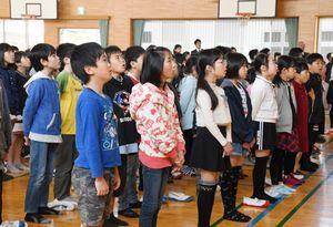 始業式で元気よく校歌を歌う児童=佐賀市の巨勢小