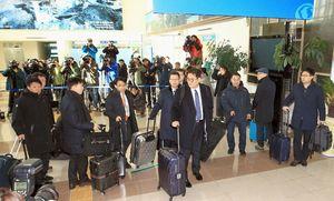 北朝鮮へ向かうため韓国北東部、高城の南北出入事務所を出発する韓国政府の先発隊=23日(聯合=共同)