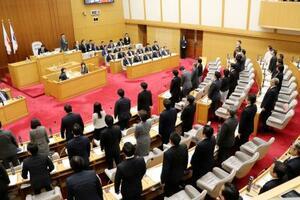 刑事罰を盛り込んだ差別禁止条例が可決、成立した川崎市議会=12日午前