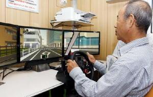 「さがポリスふれあい号」の運転シミュレーターで、自分の運転の癖を確認する参加者