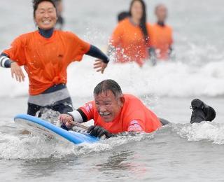 障害者サーファーに歓声