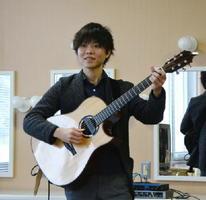 1日に有田町でライブを開く逆瀬川剛史さん。アコースティックギター1本で独自の世界観を表現する=有田町の?の博記念堂