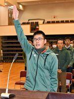 「気持ちを一つに全力で走り抜く」と選手宣誓する田中庸介選手=白石町総合センター