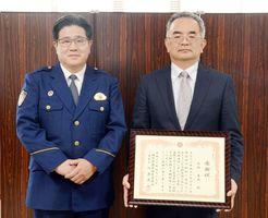 北村美成さん(右)と川原義之署長=佐賀市の南警察署