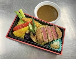 福岡県朝倉産の牛肉と野菜を使った「ビーフカツ&夏野菜カレー」(マリターレ創世佐賀提供)