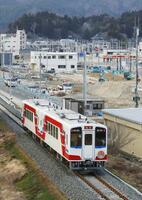 開通し、岩手県山田町を走る三陸鉄道リアス線の記念列車=3月23日