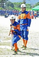 唐津市消防団の第1回操法大会で優勝した唐津支団=唐津市鏡の松浦川運動広場