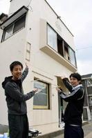 9日オープンする「HAGAKURE」のオーナーの岩永邦清さん(左)と店長の髙瀬伶さん=佐賀市神野東