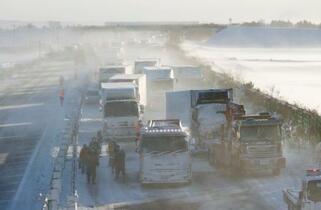 東北道多重事故、影響130台超