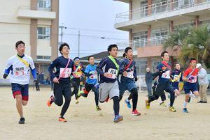 太良町内駅伝大会で一斉にスタートする選手たち
