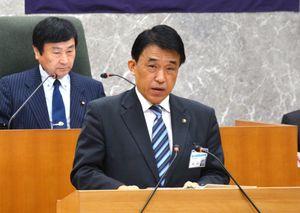 タクア関連の議案質疑に答弁する横尾俊彦市長=多久市議場