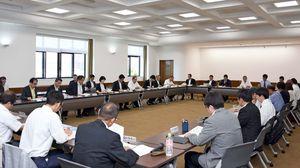 昨年度の事業実績や今後の取り組み方針について意見を交換した会合=佐賀県庁