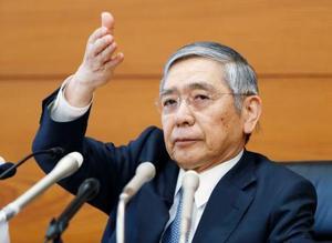 記者会見で質問者を指名する日銀の黒田総裁=20日午後、日銀本店