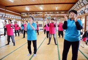 健康づくりのため週に1度集まり、4年目に突入した運動教室=鹿島市の飯田公民館
