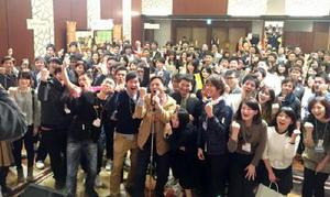「佐賀さいこう」の掛け声でふるさとへの熱い思いを表現する参加者=大阪市のANAクラウンプラザホテル大阪