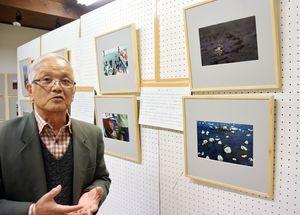 有明海を撮影した写真を語る南里さん=江北町の福祉作業所「ちゅうりっぷのうた」