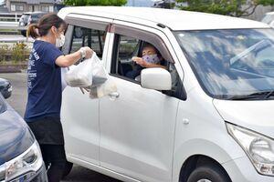 ドライブスルー方式で弁当などを受け取る買い物客=江北町山口のネイブル駐車場