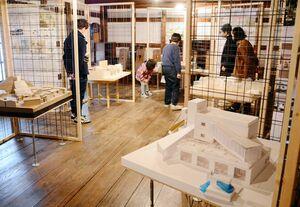 図書館や観光拠点をテーマに敷地の活用を提案した佐賀大院生の展示=有田町大樽の手塚ギャラリー