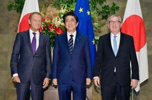 記念撮影する(左から)EUのトゥスク大統領、安倍首相、ユンケル欧州委員長=17日午後、首相官邸