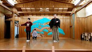 佐野登さんの指導で謡の練習をする鳥栖こども謡隊のメンバー
