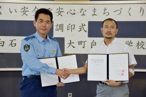 覚書を締結した小川署長(左)と鶴田社長=白石警察署