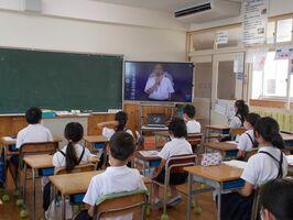電子黒板を通して一番ヶ瀬徹校長の話を聞く児童たち=佐賀市の金立小