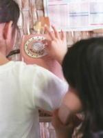 めっきり見かけなくなったピンクの公衆電話のダイヤルを、小学生が慣れた手つきで回していた=江北町の社会福祉協議会