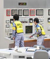 九州電力玄海原発の中央制御室で、4号機の発送電開始作業を行う運転員ら=19日午後2時、東松浦郡玄海町