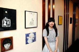 作品を展示する藤井佳奈さん=佐賀市白山のトネリコカフェ