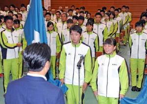 愛媛で開かれる国民体育大会と全国障害者スポーツ大会での活躍を誓った林晃輝選手(中央)と宮本麗選手(右手前)=佐賀市の県総合体育館