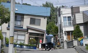 地震の影響で建物が傾いた札幌市清田区の住宅街=2018年9月