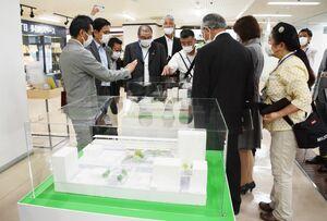 駅北口、南口広場の模型に見入る委員ら=佐賀市のJR佐賀駅内の多目的スペース