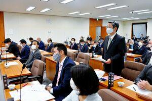 新型コロナウイルスに感染した自身の体験を話す古賀和浩議員(右)=佐賀県議会棟