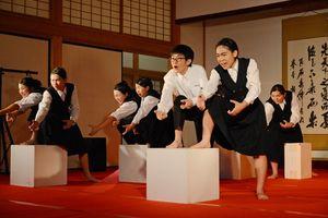 迫力の演技で未来への思いを表現する佐賀東高演劇部=佐賀市の佐賀城本丸歴史館
