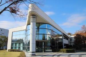 佐賀工場に隣接した佐賀栄養製品研究所。自社製品の効果検証をはじめ、健康に関する研究を進めている=神埼郡吉野ヶ里町