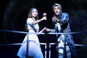 バルコニーで愛を誓うジュリエット・木下晴香(左)と、ロミオ・大野拓朗