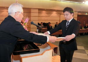 江口校長から卒業証書を受け取る卒業生=佐賀市文化会館