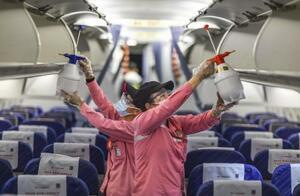 中国海南省の空港で、航空機内を消毒するスタッフ=1月(新華社=共同)