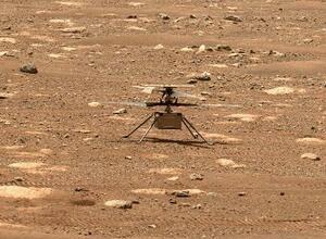 火星で飛行に備える小型ヘリコプター「インジェニュイティ」。探査車パーシビアランスのカメラで捉えた=8日(NASA提供・共同)