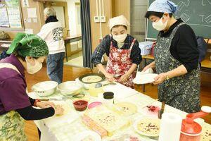 ローゼル入りのクレープを作るISUZUプロジェクトのメンバーたち=唐津市高島の高島公民館