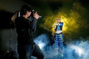 コスプレ姿の客を撮影するカメラマンの梅﨑拓也さん(左)