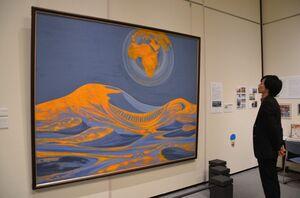 森通さんの砂漠シリーズを取り上げた唐津市所蔵品展=唐津市近代図書館