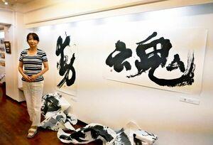 作品展を開いた書家の梅岡さん=東京・千代田区のアマルフィ四ツ谷ギャラリー