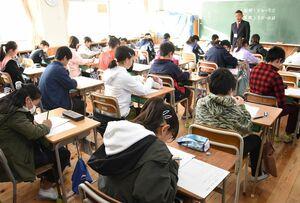 佐賀県の学習状況調査で、問題用紙と解答用紙に氏名を記入する児童=佐賀市の鍋島小