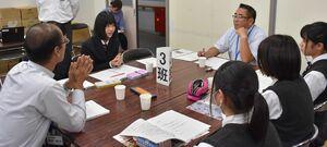 市議と高校生が意見交換した「議員とかたろう会」=嬉野市の嬉野高校嬉野キャンパス