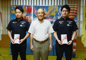 秀島敏行市長(中央)から応援金を受け取った富澤三世さん(右)と山下太一朗さん=佐賀市役所