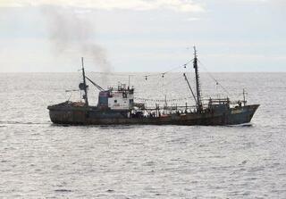 漁船急旋回、取締船に衝突