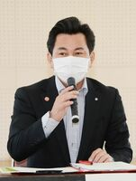 新型コロナウイルスの影響に関する経済支援を説明した松尾佳昭町長=西松浦郡有田町婦人の家
