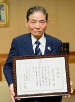 長年の功績をたたえ、感謝状を受けた古賀常次郎さん=佐賀新聞社